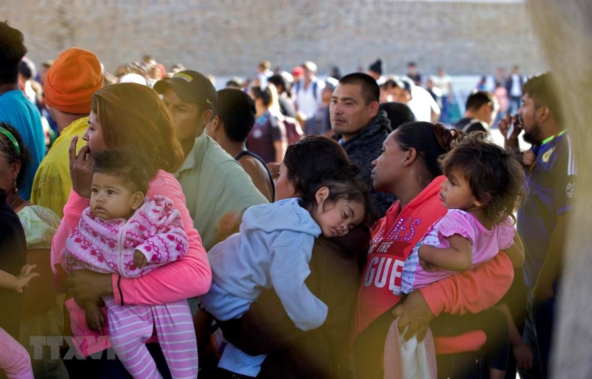 Người di cư Trung Mỹ tại một nhà kho được dùng làm lều tạm ở Piedras Negras, bang Coahuila, Mexico, trong hành trình tới Mỹ. (Ảnh: AFP/TTXVN)