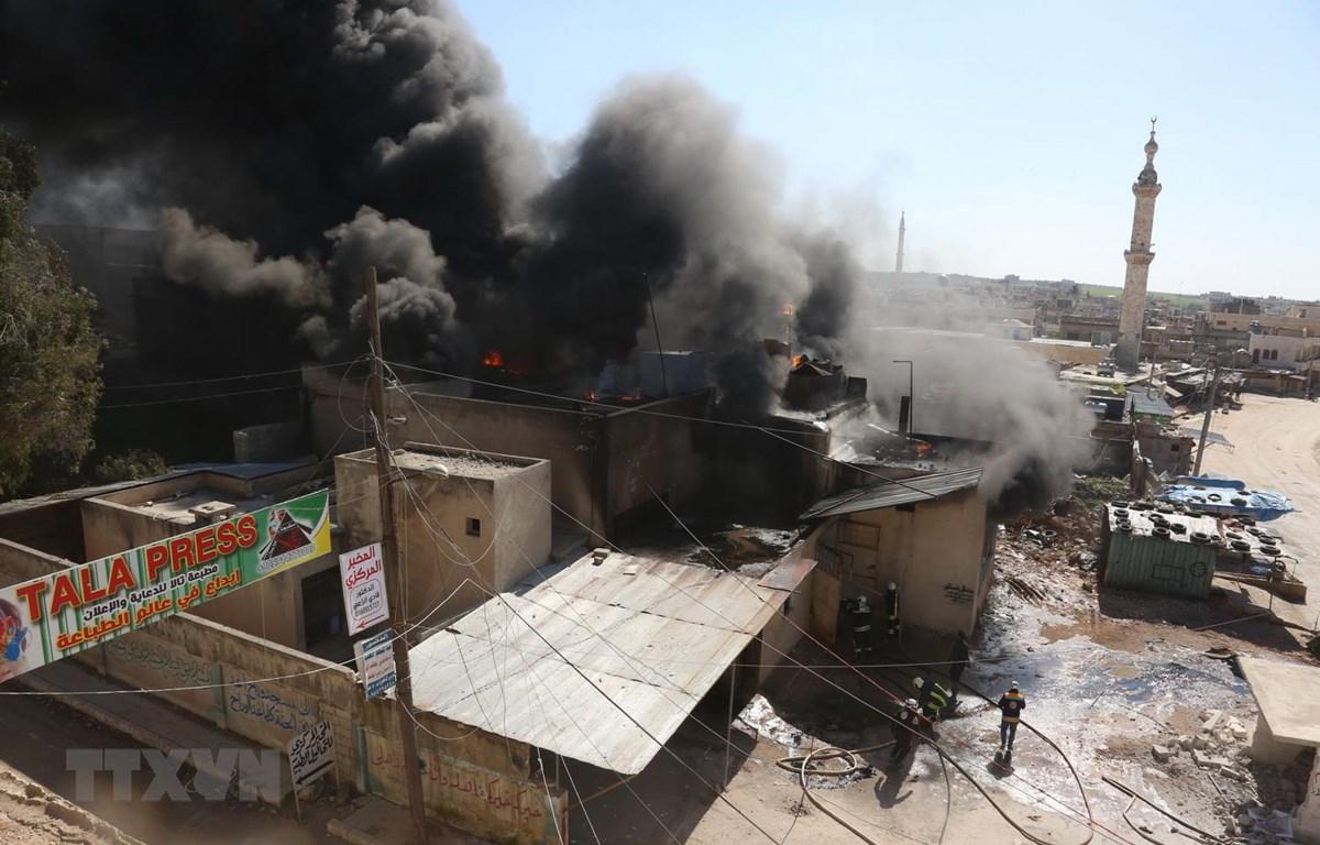 Khói bốc lên sau các cuộc không kích ở thị trấn Khan Sheikhun, tỉnh Idlib, Syria ngày 19/2. (Ảnh: AFP/TTXVN)