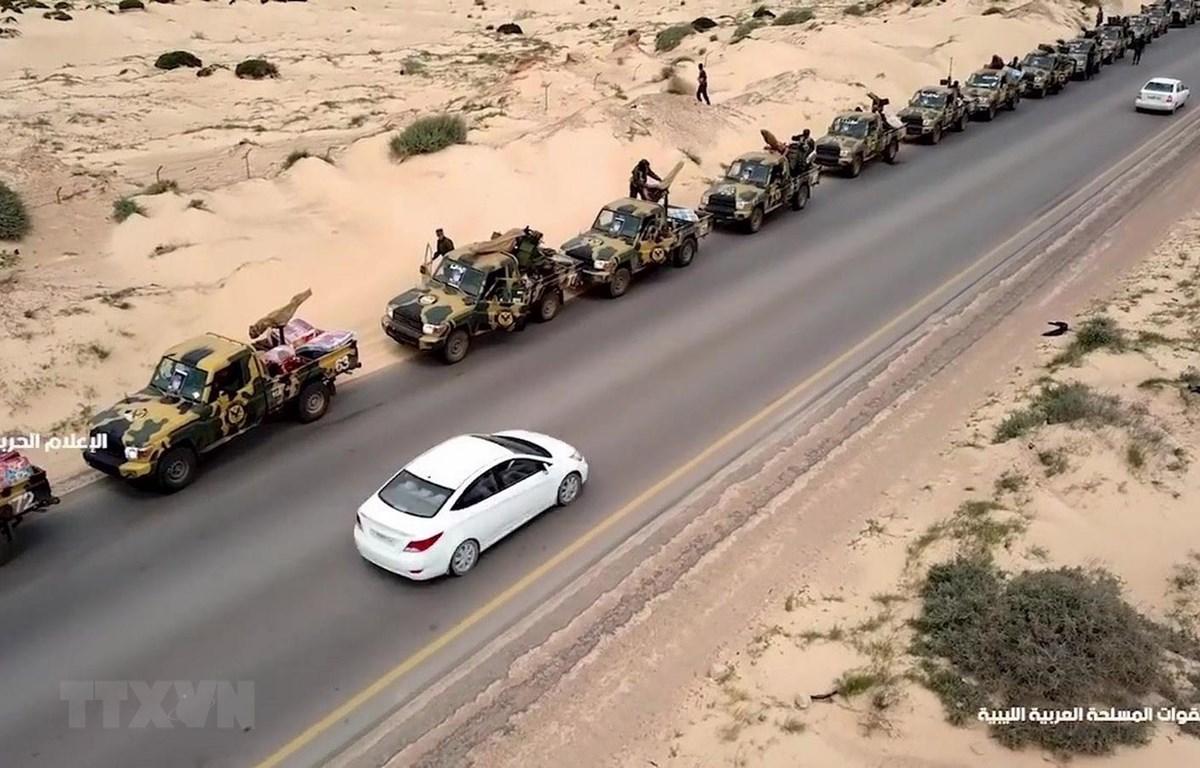 Đoàn xe quân sự thuộc Lực lượng Quân đội Quốc gia Libya do Tướng Khalifa Haftar đứng đầu tiến về miền Tây Libya và thủ đô Tripoli ngày 3/4/2019. (Ảnh: AFP/TTXVN)