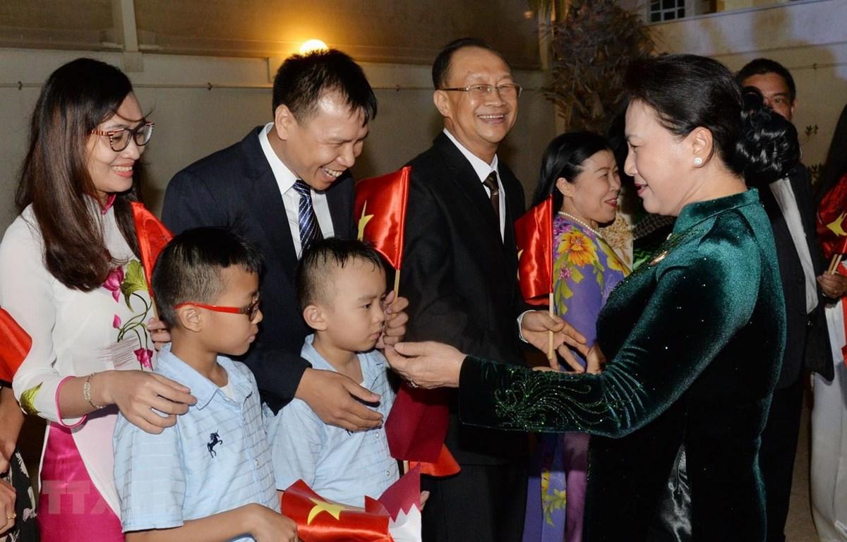Cán bộ, nhân viên Đại sứ quán Việt Nam ở Qatar đón Chủ tịch Quốc hội Nguyễn Thị Kim Ngân. (Ảnh: Trọng Đức/TTXVN)