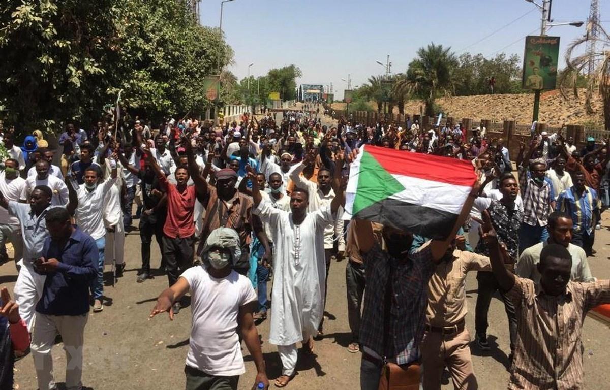 Người biểu tình tập trung tại Khartoum, Sudan. (Ảnh: AFP/TTXVN)