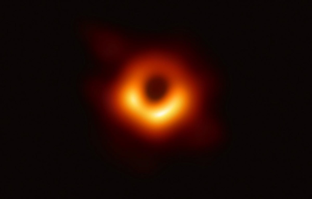 Bức ảnh đầu tiên chụp hố đen được giới khoa học công bố tối 10/4/2019. (Ảnh: AFP)
