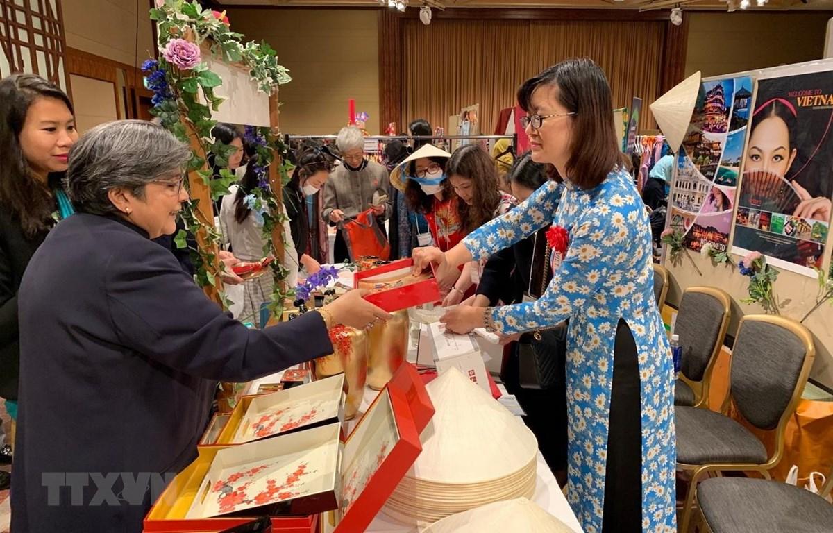 Gian hàng của Hội phụ nữ Đại sứ quán Việt Nam tại Nhật Bản thu hút đông đảo khách tham quan. (Ảnh: Nguyễn Tuyến/TTXVN)