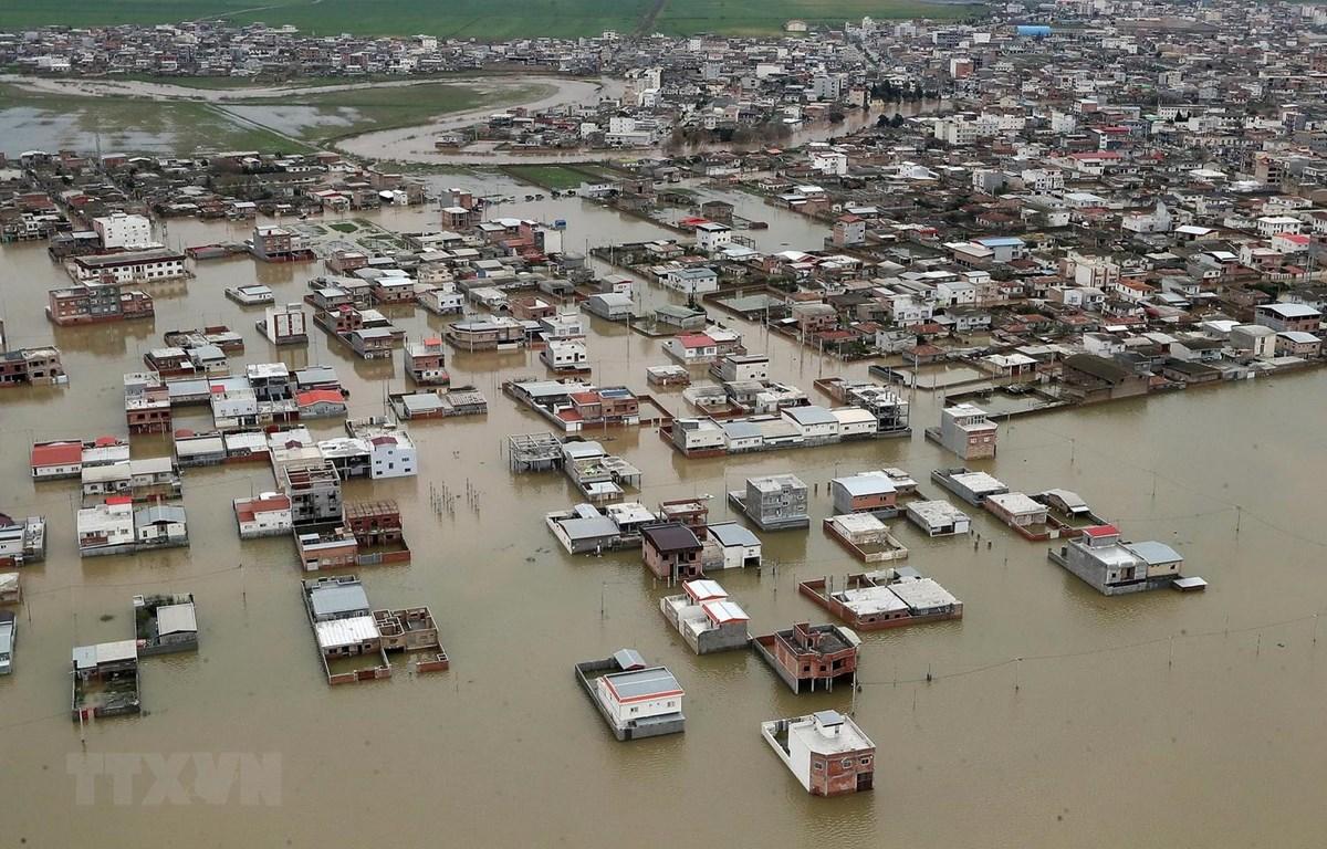 Cảnh ngập lụt tại Iran. (Ảnh: AFP/TTXVN)