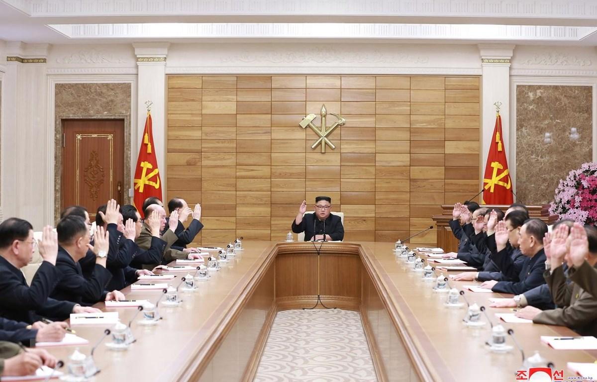 Nhà lãnh đạo Triều Tiên Kim Jong-un (giữa) phát biểu tại cuộc họp mở rộng của Bộ Chính trị Trung ương đảng Lao động Triều Tiên, ngày 9/4. (Ảnh: Yonhap/TTXVN)