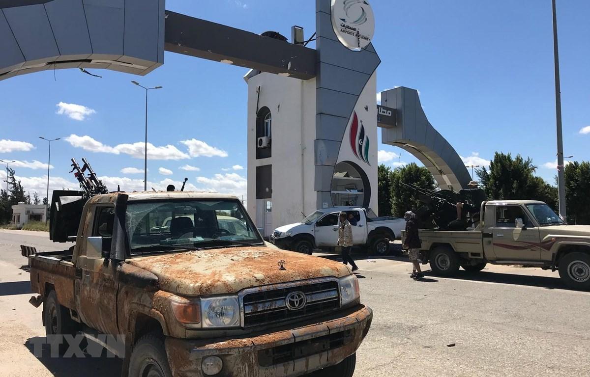 Lực lượng trung thành với Chính phủ Đoàn kết Dân tộc (GNA) được điều động tới sân bay cũ ở Tripoli ngày 8/4/2019. (Ảnh: AFP/TTXVN)