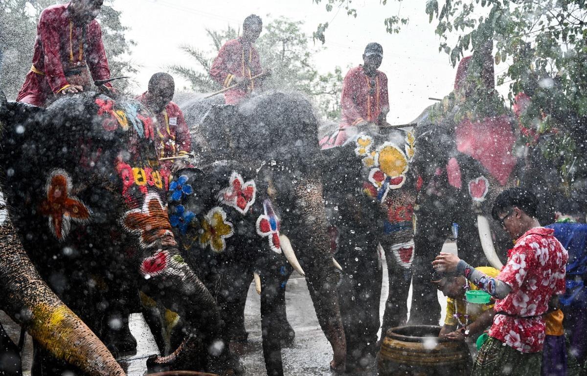 Trong ảnh: Người dân tham gia lễ hội té nước Songkran ở Ayutthaya, Thái Lan, ngày 11/4/2019. (Ảnh: AFP/ TTXVN)