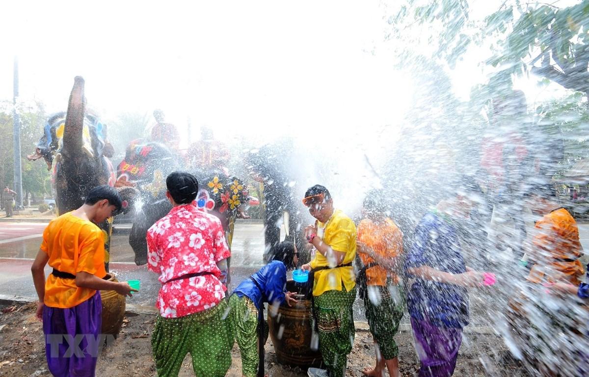 Người dân Thái Lan đón Lễ hội cổ truyền Songkran tại Ayutthaya ngày 11/4. (Ảnh: THX/TTXVN)