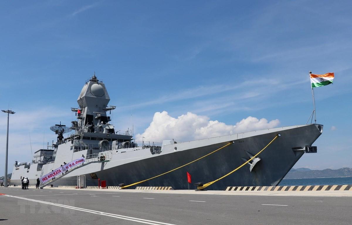 Trong ảnh: Tàu INS KOLKATA sau khi cập Cảng quốc tế Cam Ranh. (Ảnh: Tiên Minh/TTXVN)