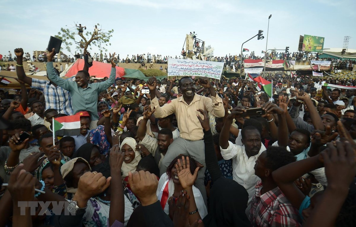 Hàng nghìn người biểu tình tập trung bên ngoài tổng hành dinh của quân đội Sudan ở Khartoum ngày 14/4. (Ảnh: AFP/TTXVN)