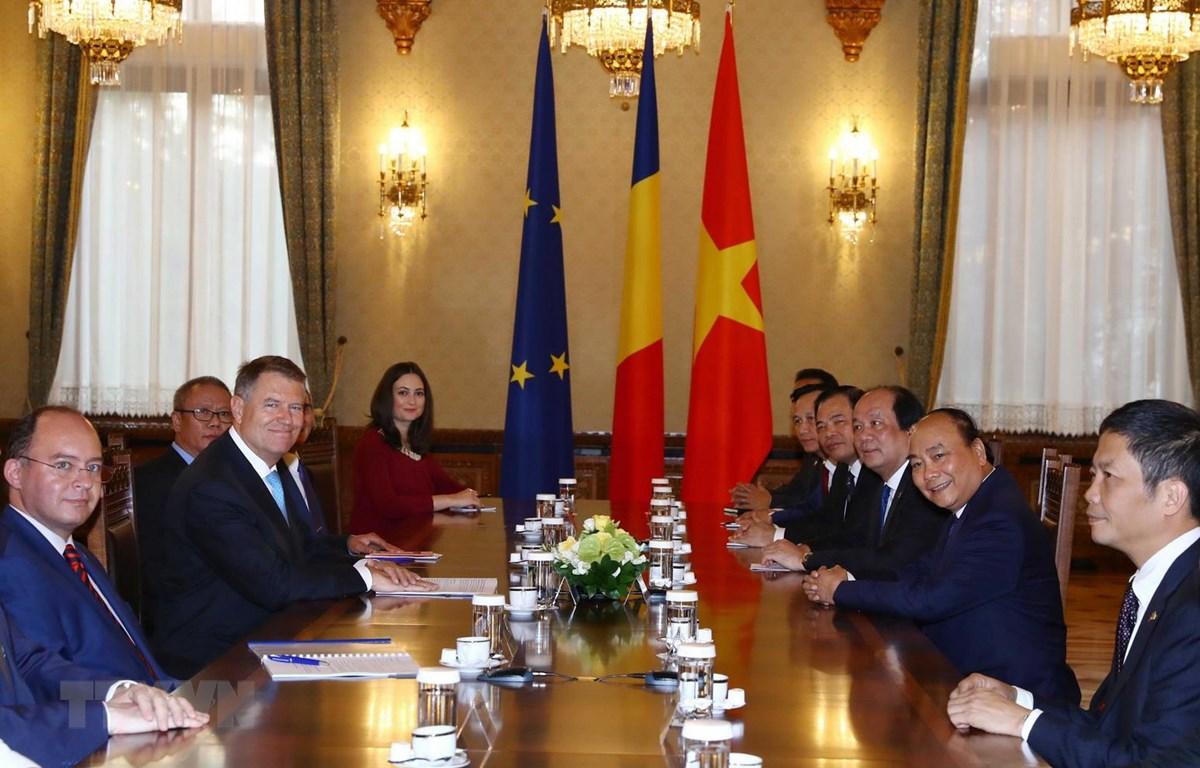 Thủ tướng Nguyễn Xuân Phúc hội kiến với Tổng thống Romania Klaus Werner Iohannis. (Ảnh: Thống Nhất/TTXVN)