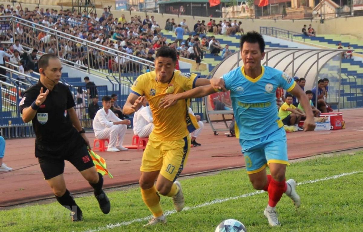 Thanh Hóa (áo vàng) và Sanna Khánh Hòa chia điểm. (Ảnh: Trịnh Duy Hưng/TTXVN)