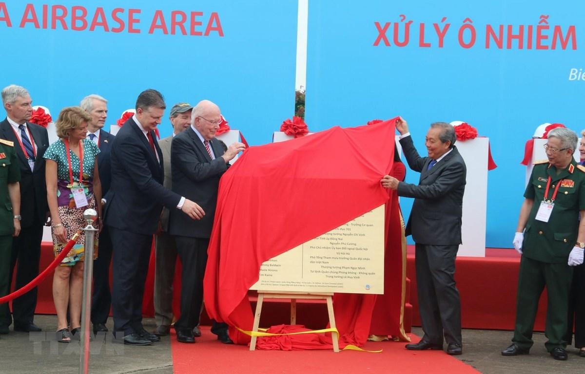 Phó Thủ tướng Thường trực Trương Hòa Bình, Thượng nghị sỹ Patrick Leahy và các đại biểu thực hiện nghi thức khởi động Dự án xử lý ô nhiễm dioxin sân bay Biên Hòa. (Ảnh: Sỹ Tuyên/TTXVN)