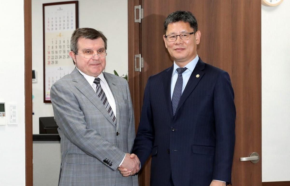 Bộ trưởng Thống nhất Hàn Quốc Kim Yeon-chul gặp Đại sứ Nga tại Seoul Andrey Kulik (trái). (Nguồn: Yonhap)