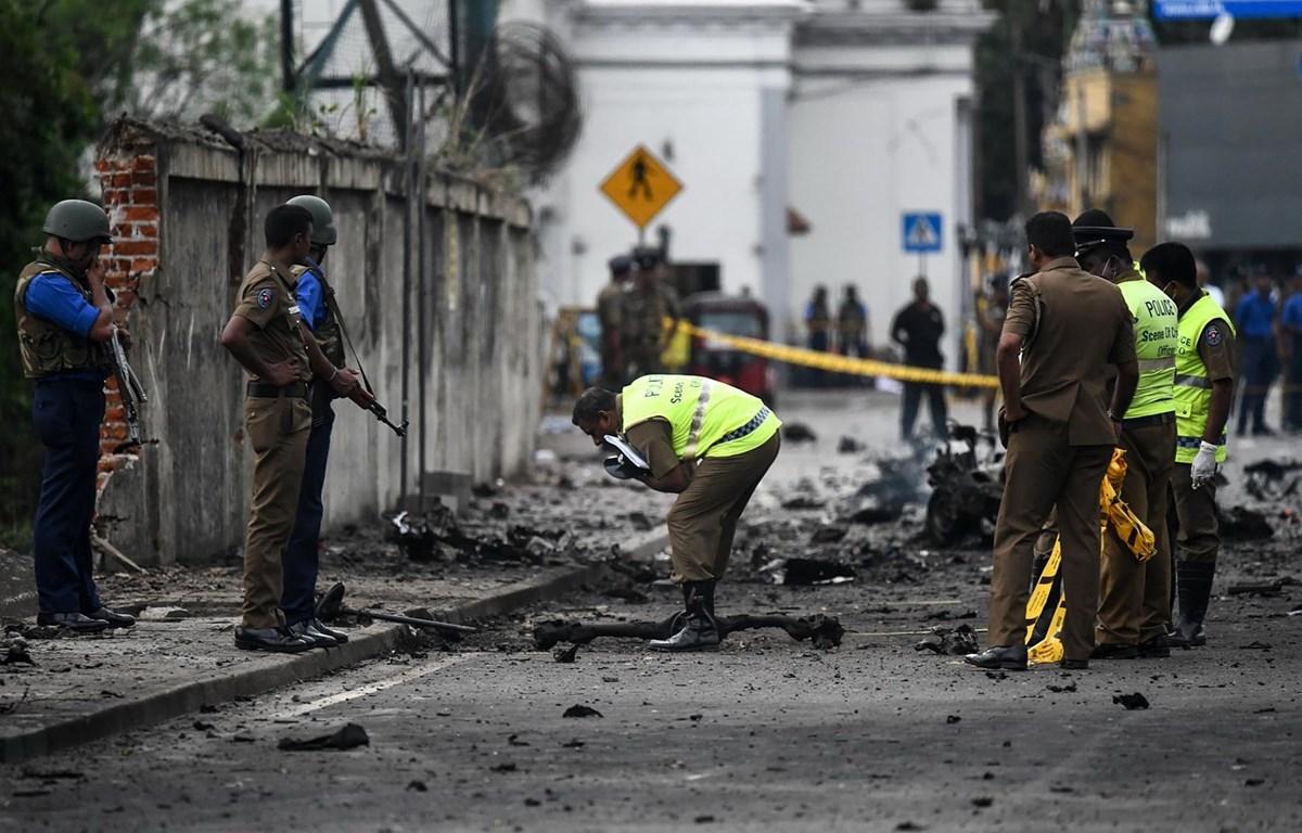 Lực lượng an ninh Sri Lanka điều tra tại hiện trường vụ nổ xe tải bên ngoài nhà thờ St. Anthony ở thủ đô Colombo ngày 22/4. (Ảnh: AFP/TTXVN)