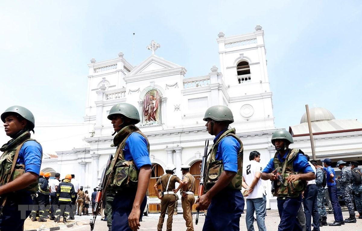 Lực lượng an ninh gác bên ngoài một nhà thờ ở Colombo, Sri Lanka, sau loạt vụ nổ ngày 21/4. (Ảnh: THX/TTXVN)