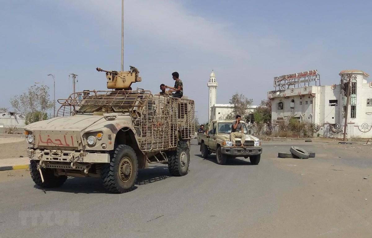 Các lực lượng ủng hộ Chính phủ Yemen tuần tra tại thành phố cảng Hodeida. (Ảnh: AFP/TTXVN)