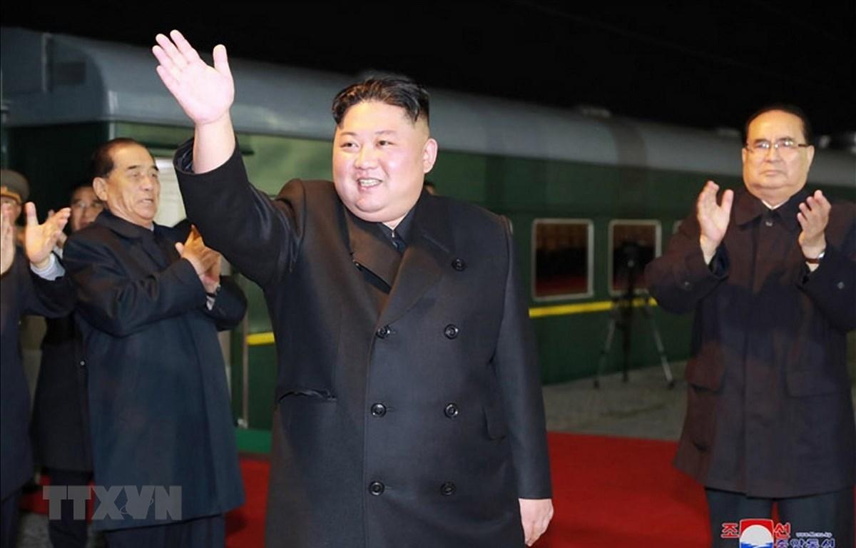 Hình ảnh Nhà lãnh đạo Triều Tiên Kim Jong-un (phía trước) chuẩn bị rời Bình Nhưỡng bằng tàu hỏa để tới Nga. (Ảnh: Yonhap/TTXVN)