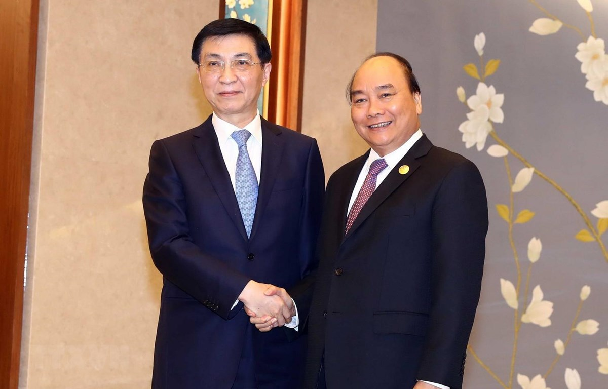 Thủ tướng Nguyễn Xuân Phúc hội kiến Ủy viên Thường vụ Bộ Chính trị Đảng Cộng sản Trung Quốc Vương Hỗ Ninh. (Ảnh: Thống Nhất/TTXVN)