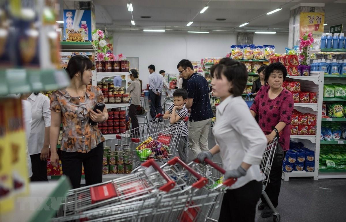 Người dân mua sắm tại một siêu thị ở Bình Nhưỡng, Triều Tiên. (Nguồn: AFP/TTXVN)