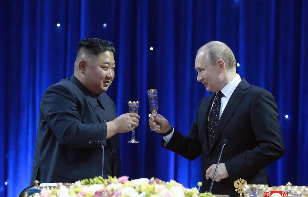 Nhà lãnh đạo Triều Tiên Kim Jong-un và Tổng thống Nga Vladimir Putin trong bữa tiệc tối sau Hội nghị thượng đỉnh Nga-Triều. (Ảnh: Yonhap/TTXVN)