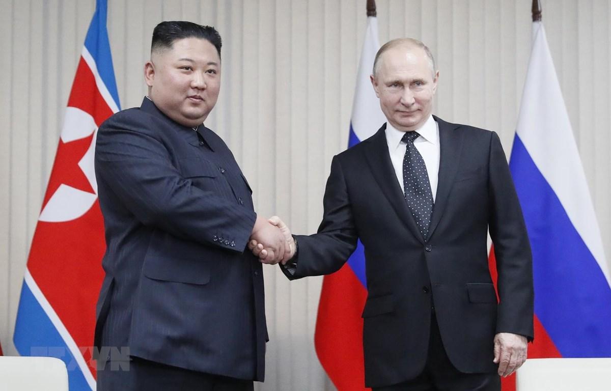 Tổng thống Nga Vladimir Putin (phải) và nhà lãnh đạo Triều Tiên Kim Jong-un tại cuộc gặp ở Vladivostok. (Ảnh: AFP/TTXVN)