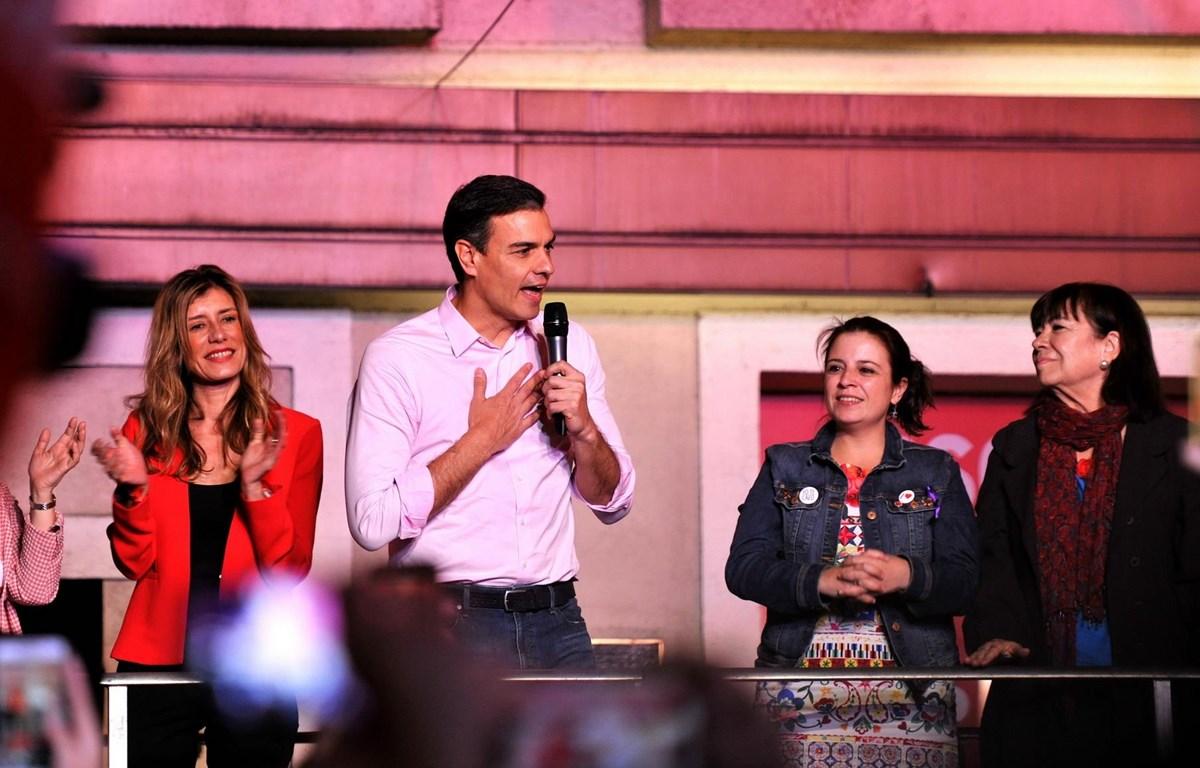 Thủ tướng Tây Ban Nha Pedro Sanchez (giữa) phát biểu trước những người ủng hộ tại trụ sở đảng PSOE. (Ảnh: THX/TTXVN)