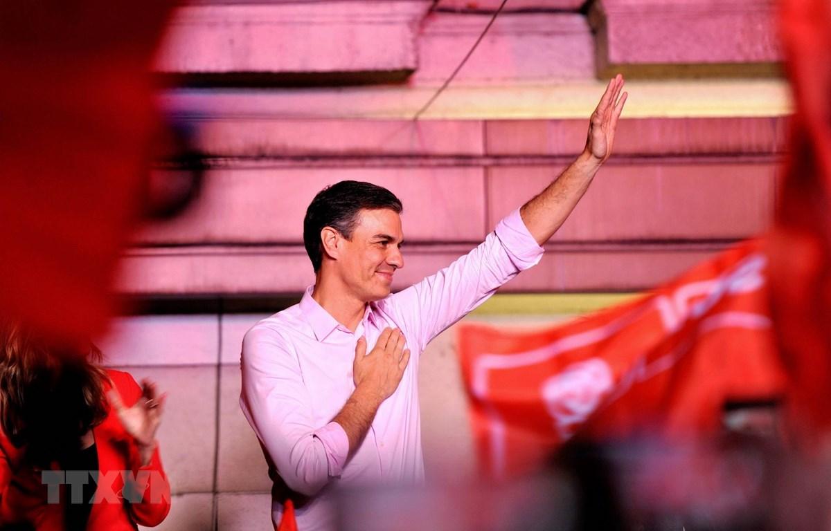 Thủ tướng Tây Ban Nha Pedro Sanchez bên những người ủng hộ tại trụ sở đảng PSOE ở Madrid ngày 28/4. (Ảnh: THX/TTXVN)