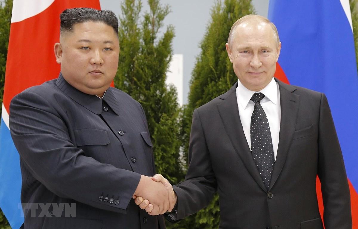 Tổng thống Nga Vladimir Putin (phải) và nhà lãnh đạo Triều Tiên Kim Jong-un tại cuộc gặp thượng đỉnh Nga-Triều. (Ảnh: AFP/TTXVN)