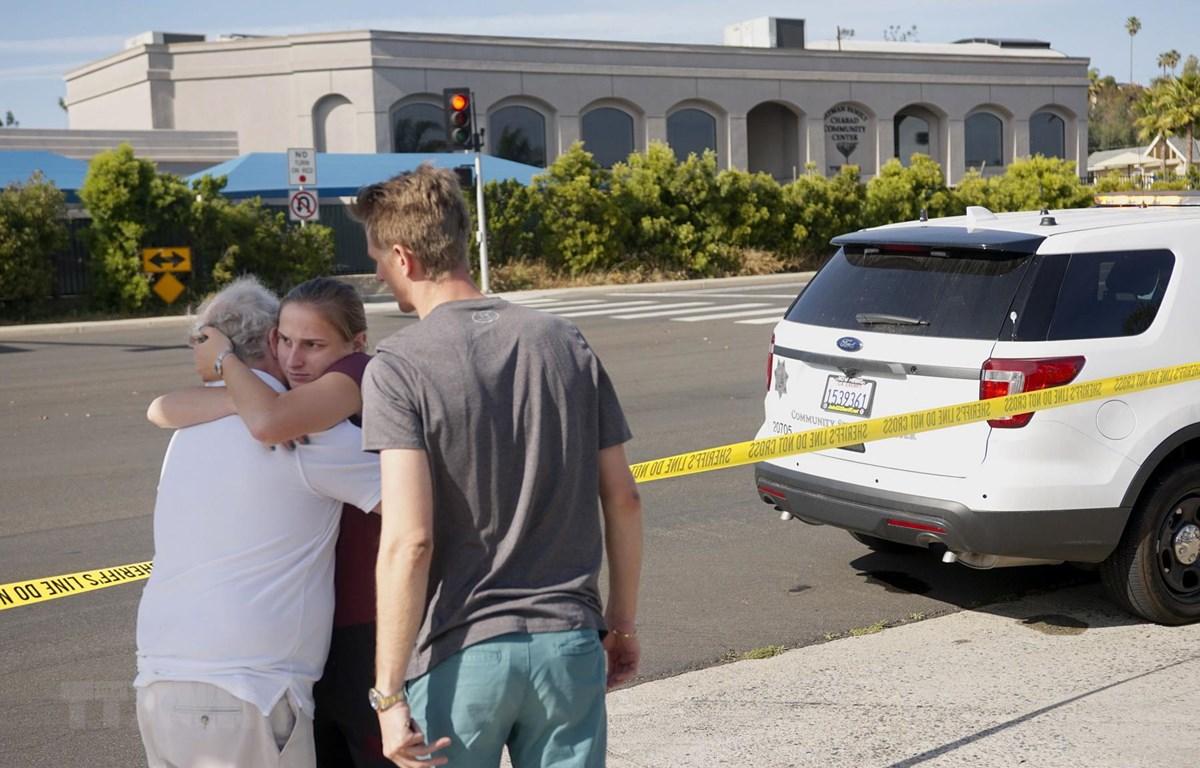 Người dân an ủi nhau sau vụ xả súng tại giáo đường Do Thái ở thị trấn Poway, San Diego, bang California (Mỹ). (Ảnh: AFP/TTXVN)