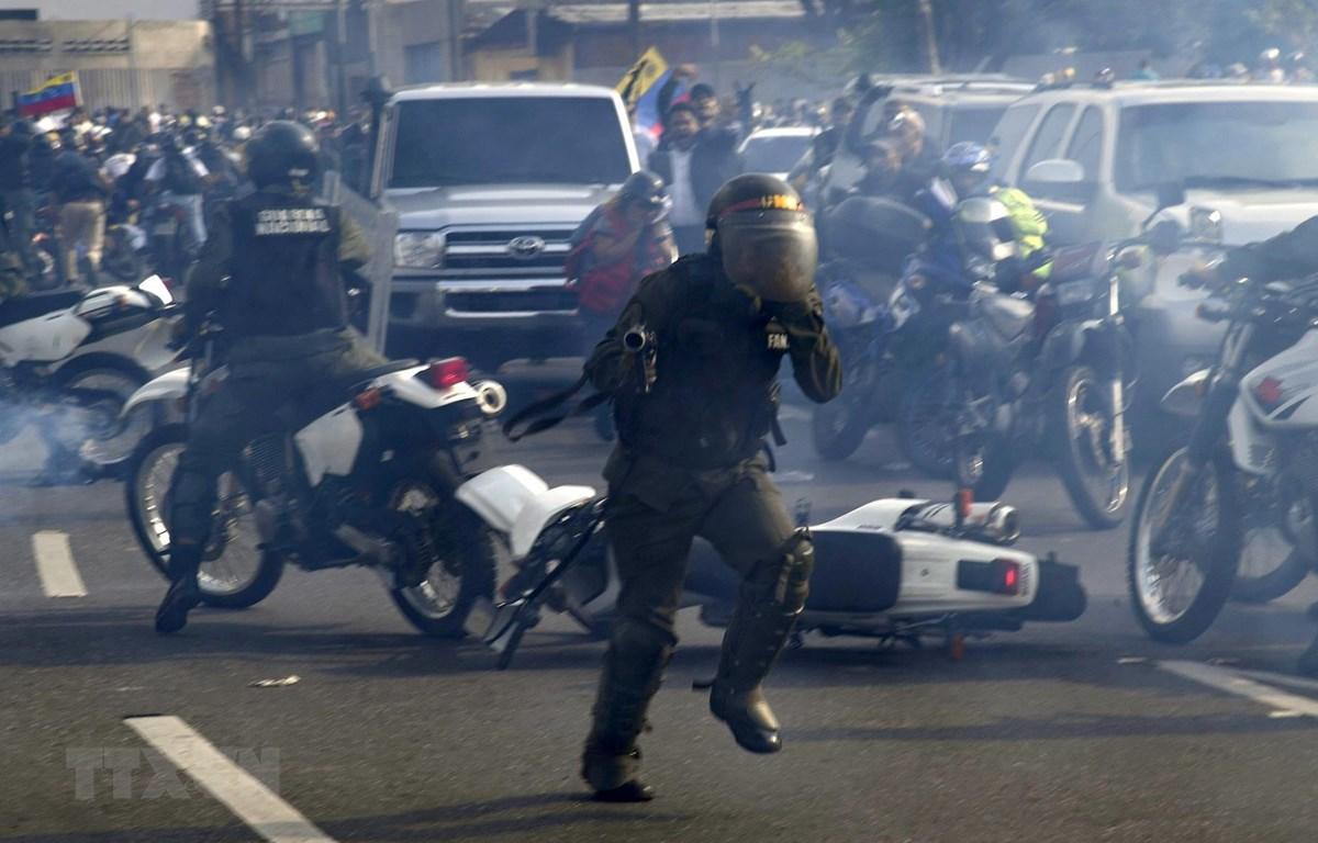 Lực lượng trung thành với Tổng thống Venezuela Nicolas Maduro. (Ảnh: AFP/TTXVN)