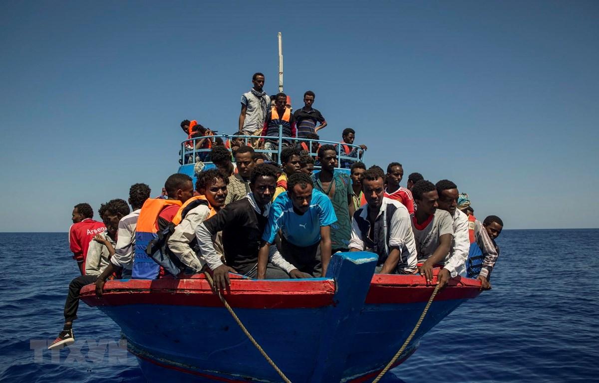 Tàu chở người di cư trên Địa Trung Hải, ngoài khơi bờ biển Libya. (Ảnh: AFP/TTXVN)