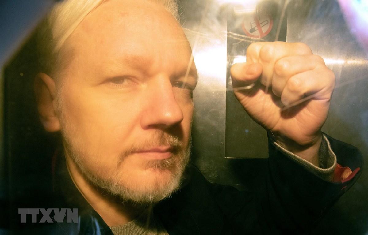 Ông Julian Assange tới tòa án ở London, Anh ngày 1/5/2019. (Ảnh: AFP/TTXVN)