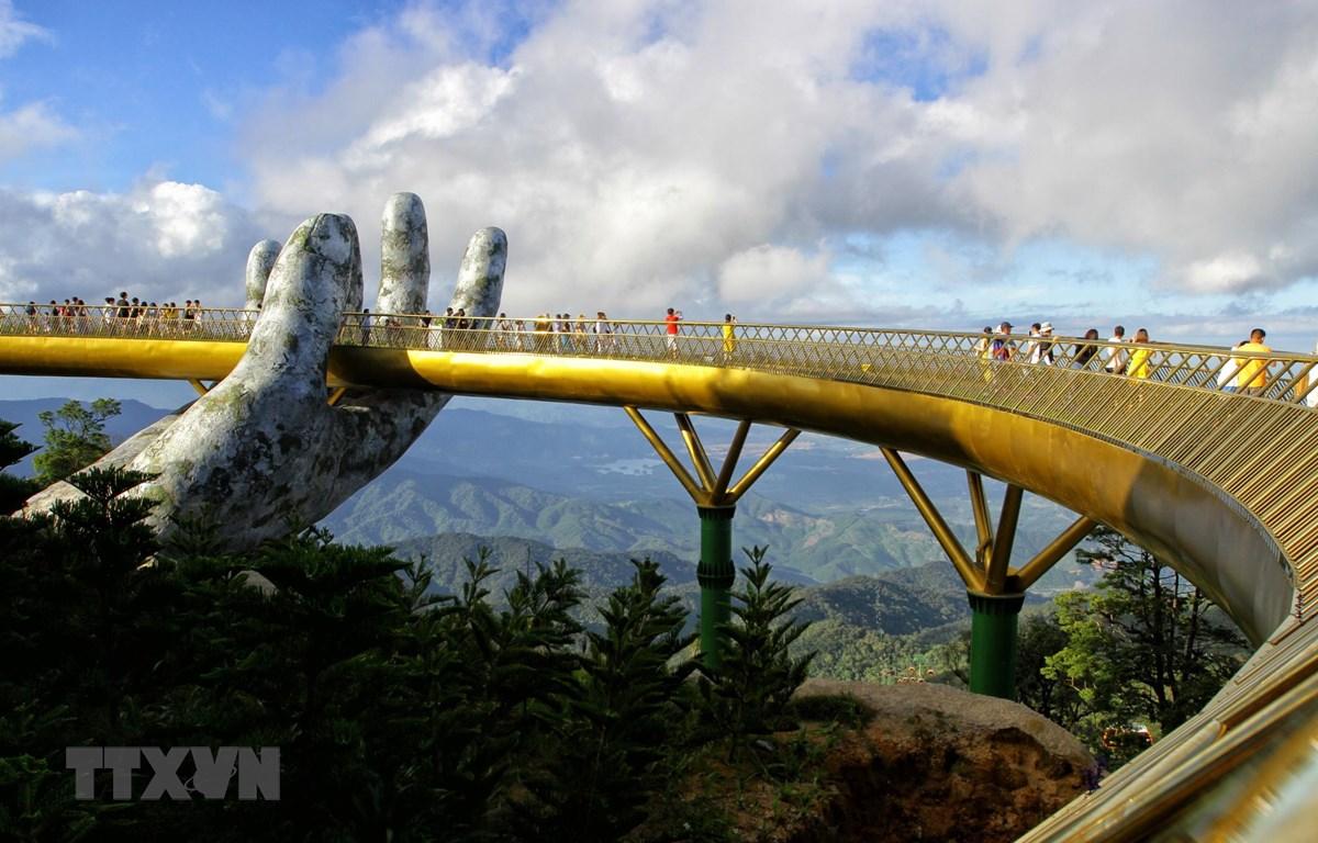 Cầu Vàng tại quần thể du lịch nghỉ dưỡng Bà Nà ở Đà Nẵng, Việt Nam. (Ảnh: AFP/TTXVN)