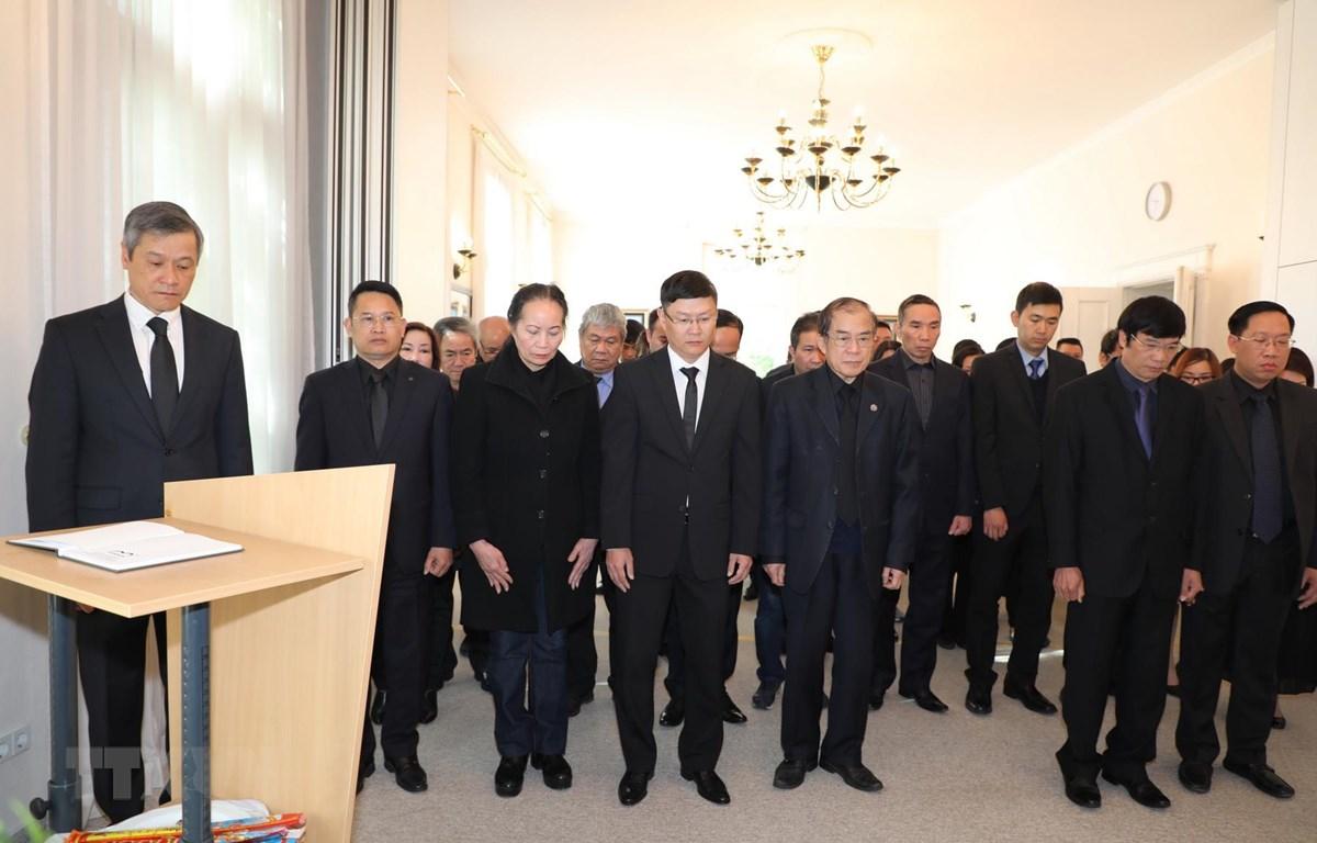 Tập thể cán bộ Đại sứ quán và đại diện cộng đồng người Việt tại Đức dành một phút mặc niệm, tưởng niệm Đại tướng Lê Đức Anh. (Ảnh: Thanh Bình/TTXVN)