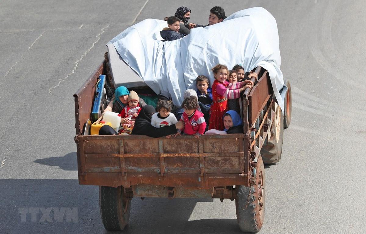 Người dân sơ tán khỏi khu vực chiến sự ở tỉnh Idlib, Tây Bắc Syria ngày 6/5/2019. (Ảnh: AFP/TTXVN)