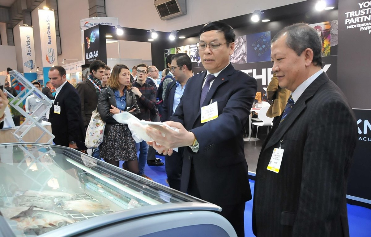 Đại sứ Việt Nam tại Bỉ Vũ Anh Quang (thứ 2 bên phải) thăm gian hàng Việt Nam. (Ảnh: Kim Chung/TTXVN)