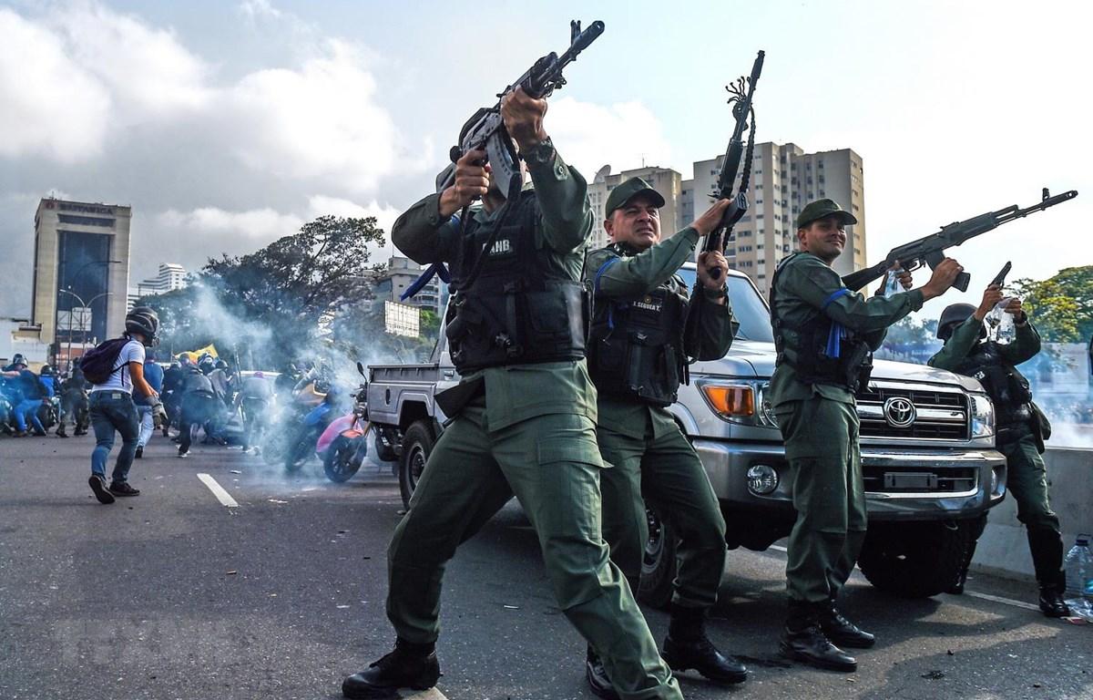 Nhóm binh sỹ Venezuela nổi dậy ủng hộ thủ lĩnh đối lập Juan Guaido trong cuộc xung đột với lực lượng trung thành với Chính phủ của Tổng thống Nicolas Maduro. (Ảnh: AFP/TTXVN)