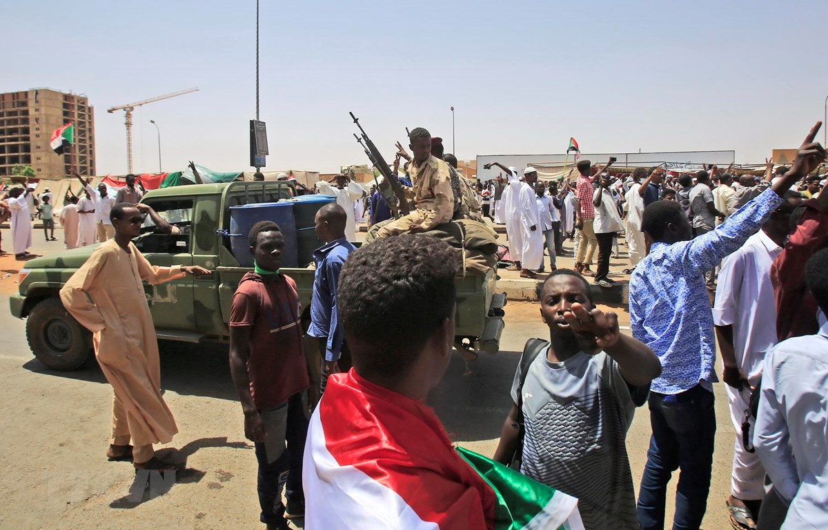 Người biểu tình tập trung bên ngoài trụ sở quân đội ở Khartoum, Sudan, hôm 3/5. (Ảnh: AFP/TTXVN)
