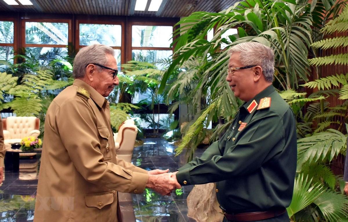 Đại tướng Raúl Castro đón Thượng tướng Nguyễn Chí Vịnh. (Ảnh: Lê Hà/TTXVN)