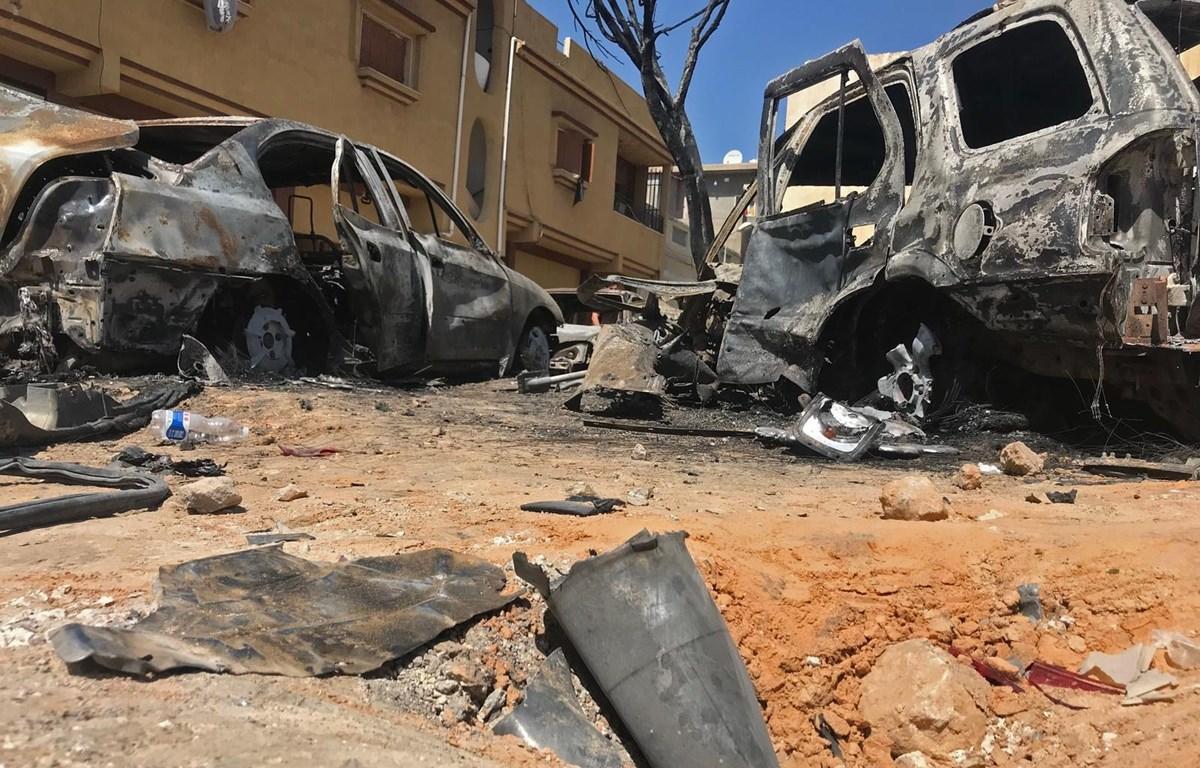 Hiện trường đổ nát sau vụ tấn công bằng rocket tại Tripoli, Liban, ngày 17/4. (Ảnh: AFP/TTXVN)