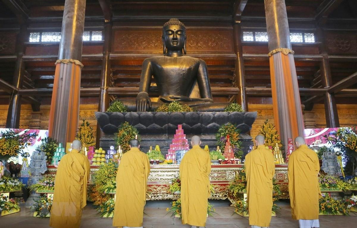 Tăng, ni thực hiện nghi lễ Tắm Phật tại điện Pháp Chủ, chùa Tam Chúc. (Ảnh: Thành Đạt/TTXVN)