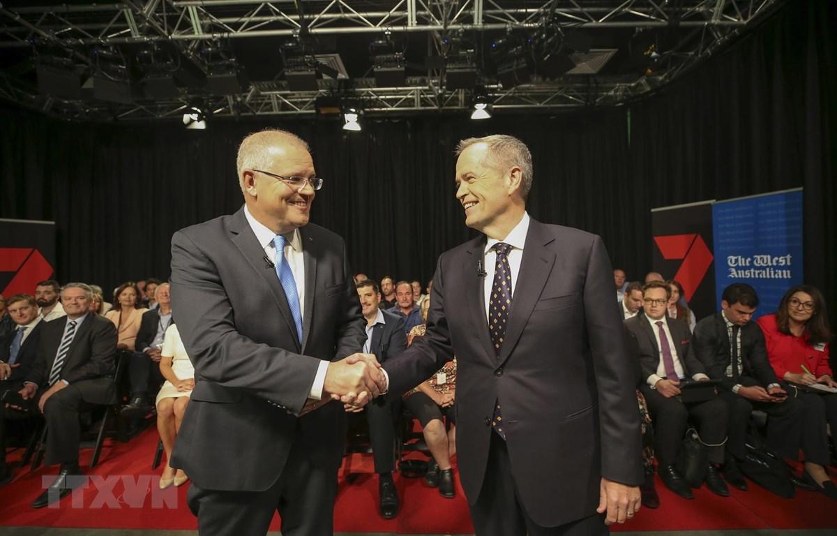 Thủ tướng Scott Morrison (trái) và lãnh đạo Công đảng đối lập Bill Shorten trong cuộc tranh luận trên truyền hình. (Ảnh: AFP/TTXVN)