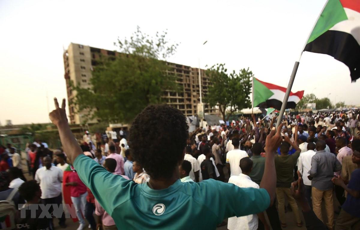 Người biểu tình tập trung bên ngoài trụ sở quân đội ở Khartoum, Sudan, ngày 4/5. (Ảnh: AFP/TTXVN)