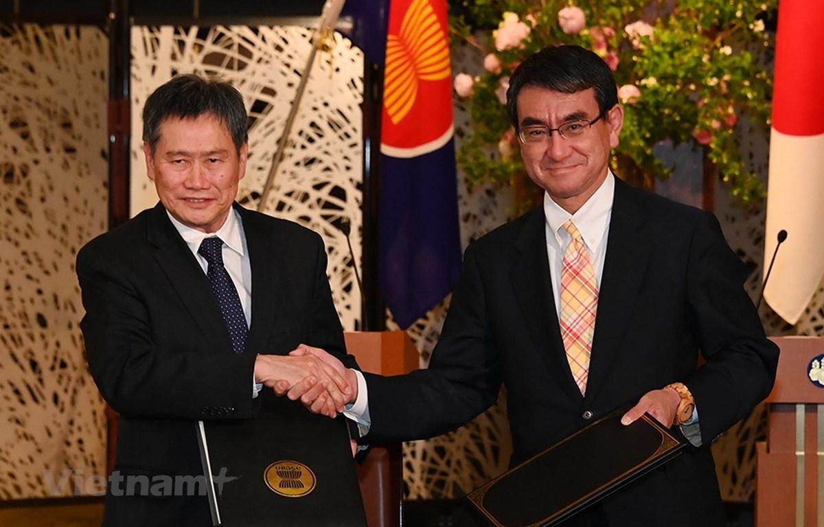 Tổng thư ký ASEAN Lim Jock Hoi và Bộ trưởng Bộ Ngoại giao Nhật Bản Taro Kono tại lễ ký kết. (Ảnh: TTXVN phát)