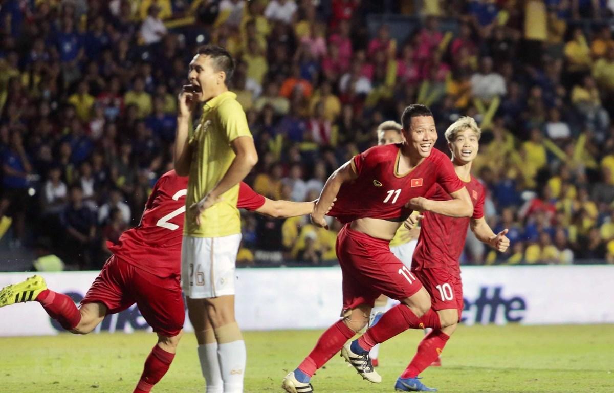 Anh Đức và đồng đội ăn mừng sau bàn thắng vào lưới Thái Lan. (Ảnh: Nguyễn Minh Tiến/TTXVN)