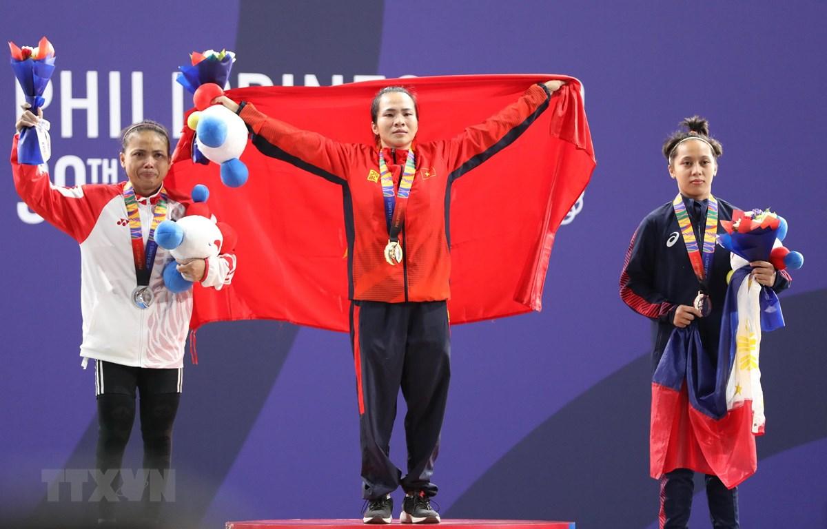 Vương Thị Huyền nhận huy chương vàng trong nội dung cử tạ 45kg nữ. (Ảnh: Hoàng Linh/TTXVN)