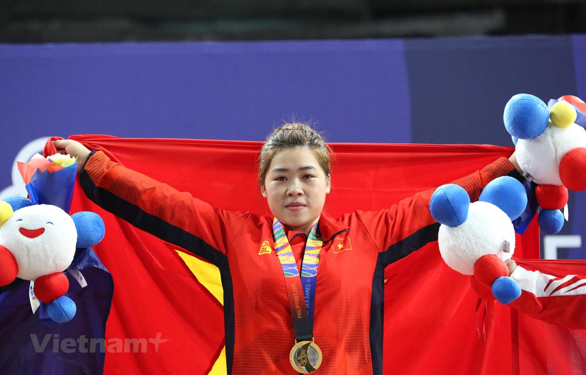 Hoàng Thị Duyên (giữa) giành huy chương vàng Cử tạ ở hạng cân 59kg. (Ảnh: Trần Giáp/Vietnam+)
