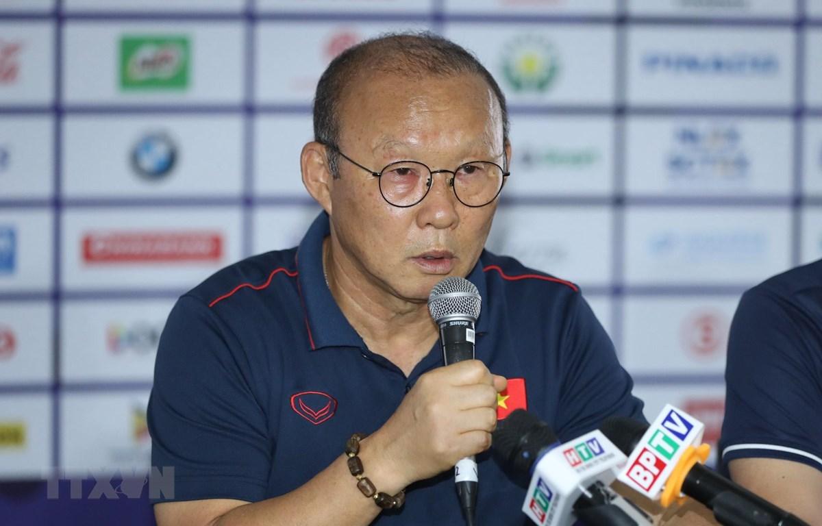 Huấn luyện viên Park Hang seo phát biểu. (Ảnh: Hoàng Linh/TTXVN)