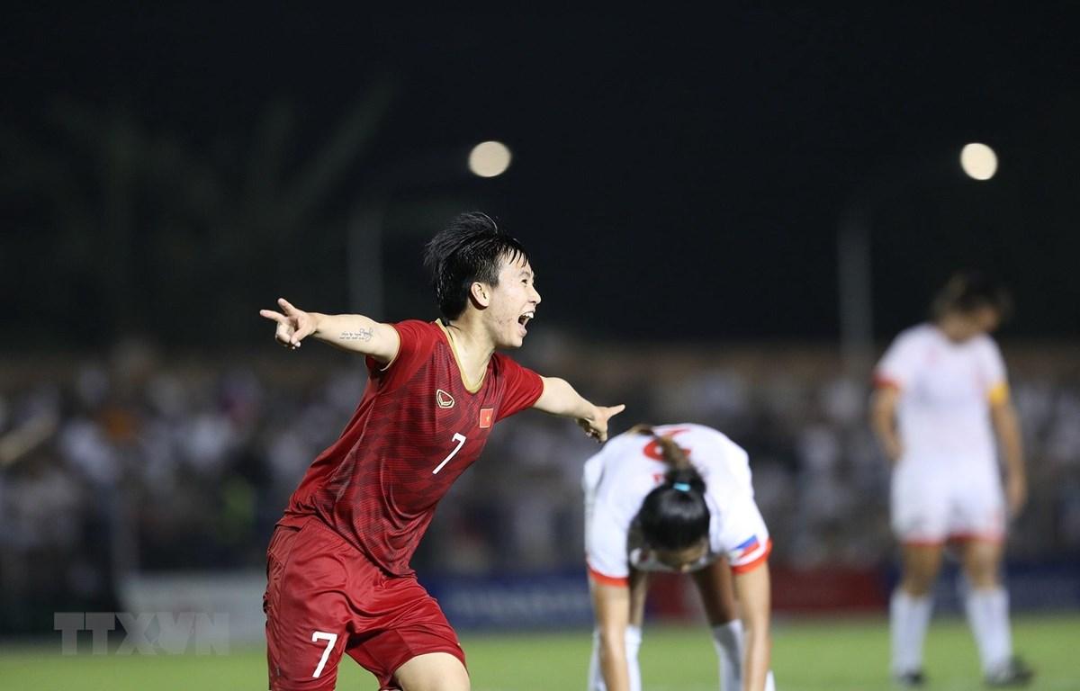 Tuyết Dung ăn mừng sau khi góp công giúp tuyển nữ Việt Nam vào chung kết. (Ảnh: Hoàng Linh/TTXVN)